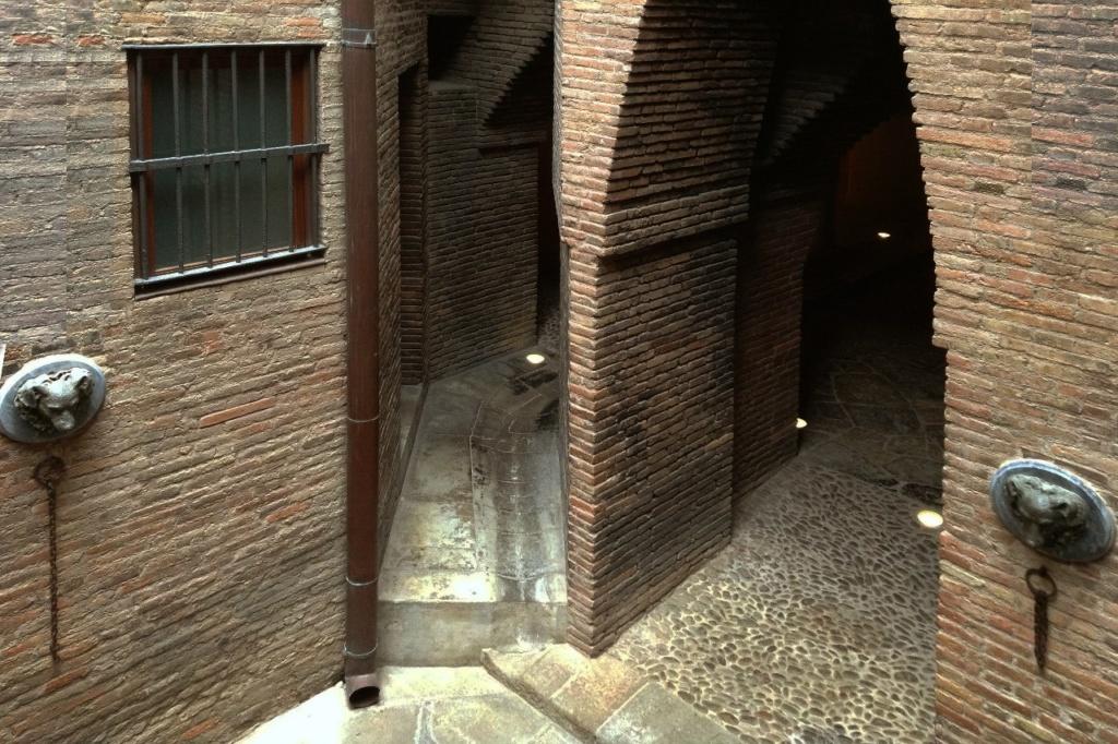 Дворец Гуэля. Подвальный (цокольный) этаж с бывшими конюшнями. Параболические арки проездов в стойла. Проходы в помещения для обслуживания коней и собак.