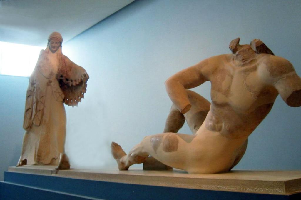 Огромная скульптурная группа с фронтона старого святилища Афины в Акрополе. Афина, сорвав змею с эгиды, угрожает поверженному гиганту.