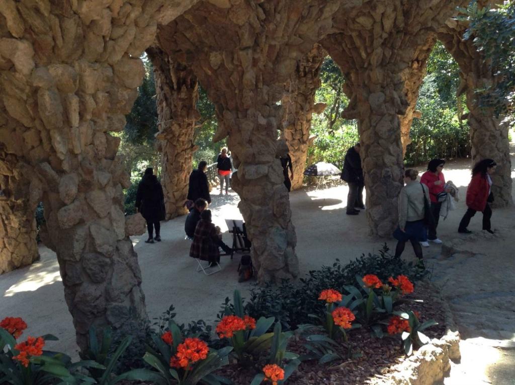 """Парк Гуэля. Нижний виадук (""""Музейный"""") в готическом стиле. В тени, создаваемой виадуками, возникает своя жизнь... Гауди создает """"зону отдыха"""", что сама себя воспроизводит в любое время года. Мы прогуливаемся в Парке в марте ."""