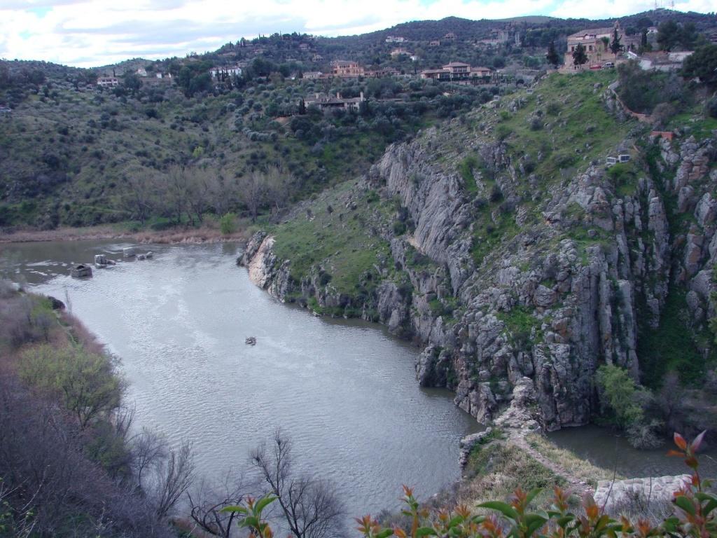Река Тахо и отроги скал, на которых поднимается Толедо в наше  единственное утро, когда были в Толедо мои подруги - без меня.