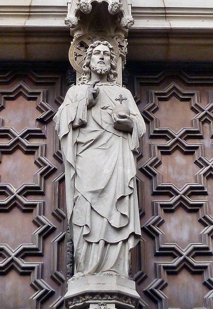 Фрагмент главного портала Кафедрального собора в Барселоне (XIX - XX век) с фигурой Христа на пилоне врат, ведущих в храм...