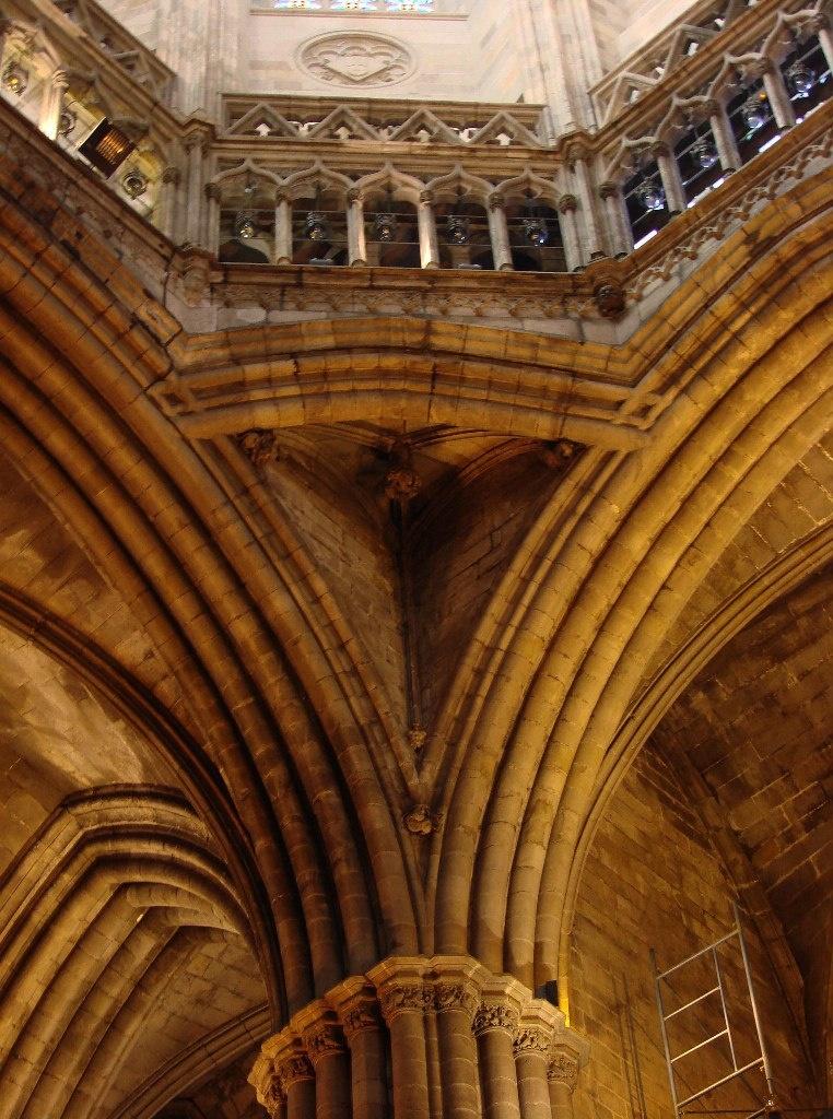 Кафедральный собор в Барселоне Несущие конструкции собора в их художественном обличье. Третий объект - оформление средокрестия для поддержки купола.