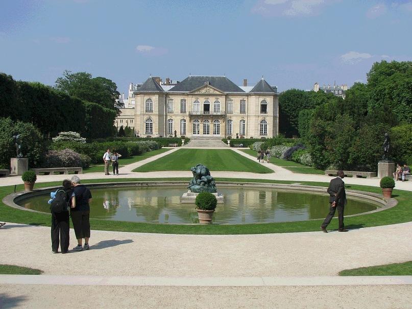 Музей выдающегося французского скульптора Огюста Родена  в старинном особняке на улице Варенн, недалеко от Дома инвалидов
