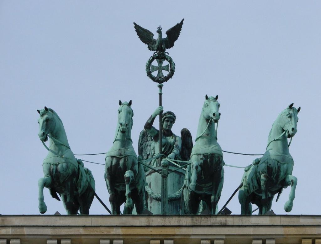 Древнеримская квадрига на Бранденбургских воротах (1788-1791), установленная в ознаменование непобедимости прусского духа. Ск. Иоганн Готфрид Шадов - немецкий художник и теоретик искусства, лидер неоклассицизма в национальной скульптуре.