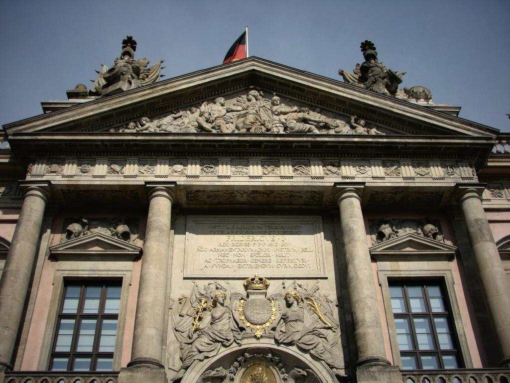 Арх. Андреас Шлютер. Здание Берлинского арсенала, строившееся с 1695 по 1730 годы. Признан одним из самых красивых зданий немецкого барокко в Северной Германии... Тосканский ордер применен для насыщения фасада силой...