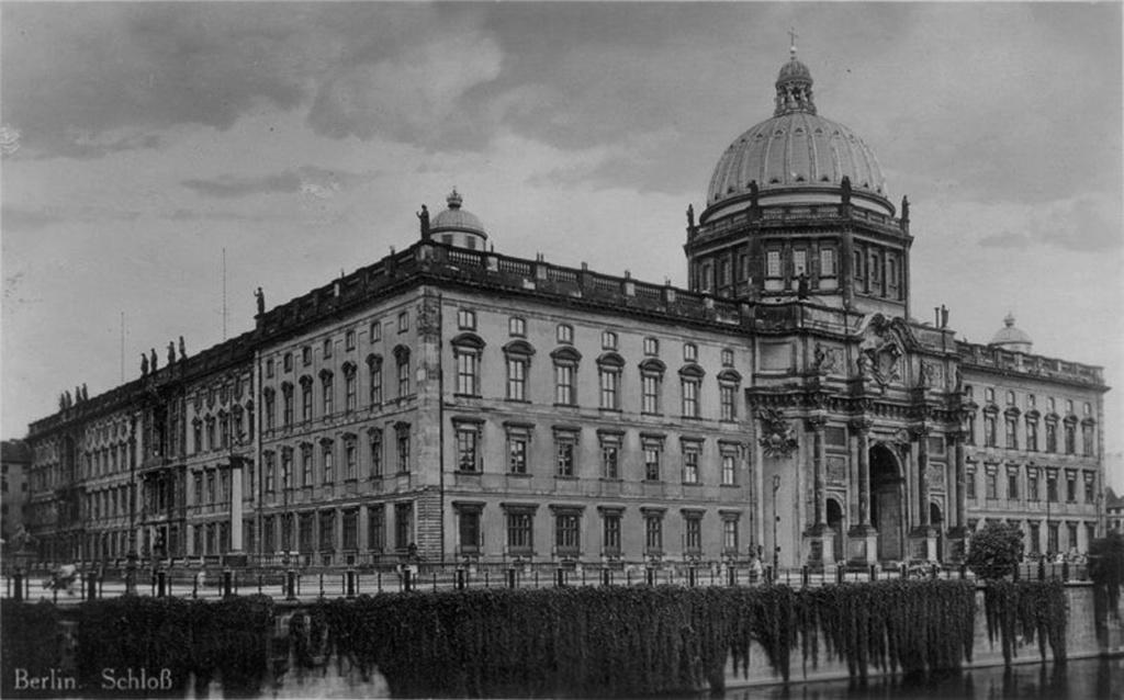 Берлинский Городской дворец. Внешний облик Шлютерова дворца сохранялся практически без изменений за исключением купола над зданием, возведённым Штюлером и Шадовым в 1845—1853 годы по проекту Карла Фридриха Шинкеля.
