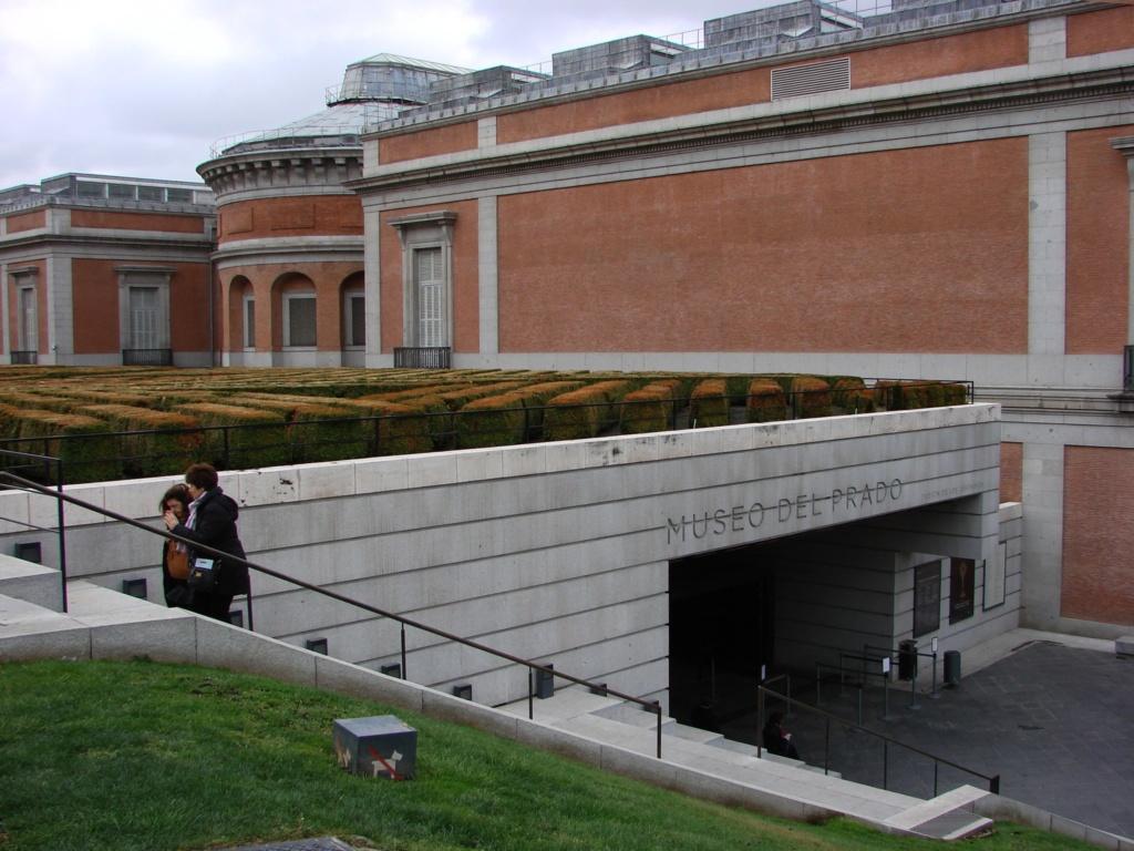 Вид на вход в музей Прадо. Сюда войдешь - в иной мир попадешь, пленником которого останешься навсегда...
