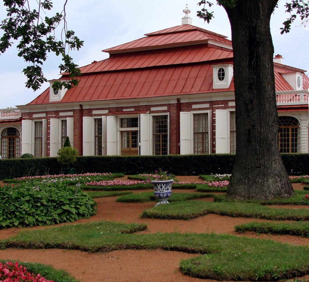"""Строительство дворца """"Монплезир"""" велось с 1714 по 1721 год под руководством архитекторов И. Браунштейна, Ж. Леблона и Н. Микетти. Автор проекта, думаю я, - Андреас Шлютер"""