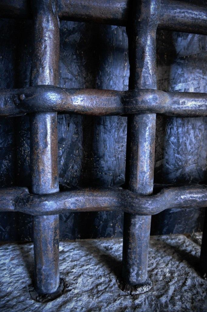 Венеция. Тюрьма Карчери... За решеткой - глухая стена. Так зачем же решетка нужна? Для имитации окон...