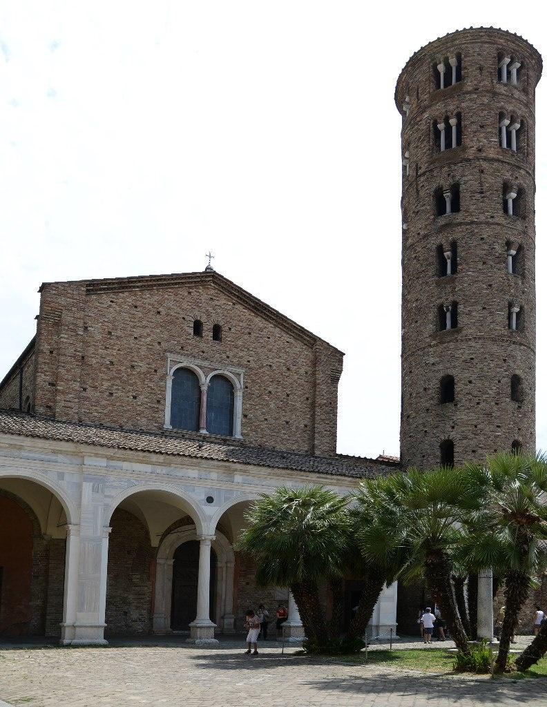 Вход в базилику Сант Аполлинаре Нуово предваряет мраморный портик, сооруженный в XVI веке. Cправа от портика стоит круглая колокольня IX-X веков. В 1996-м году ЮНЕСКО включила базилику  в список объектов Всемирного Культурного Наследия.