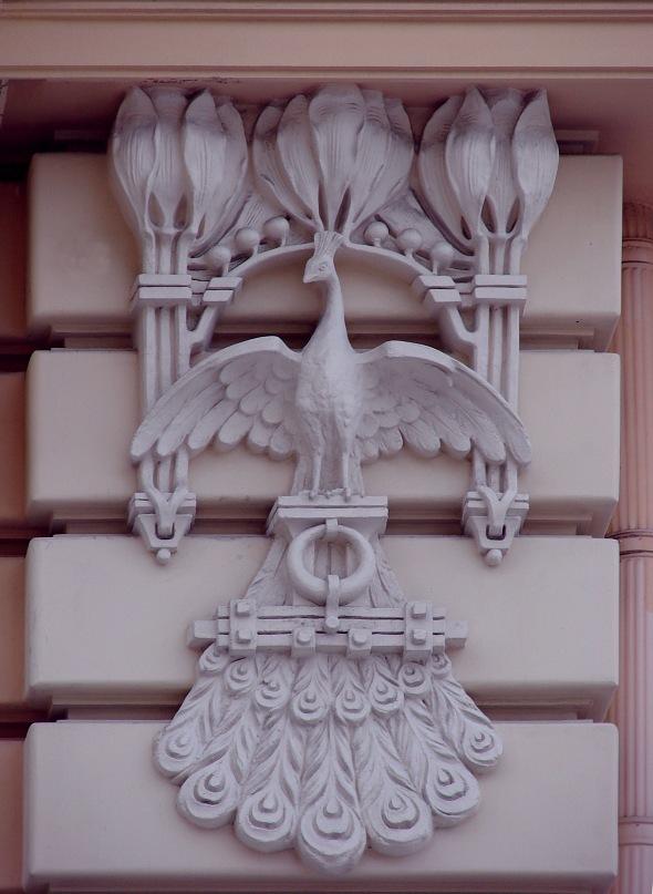 Рига. Доходный дом. Улица Альберта, 13. Арх. М. О. Эйзенштейн. 1904. Горельеф справа и слева от Круглой башни на уровне второго этажа дома. Фото Марины Бреслав