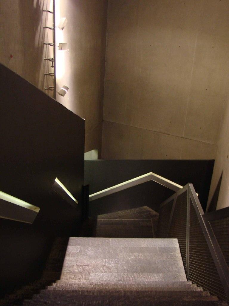 Берлин. Еврейский музей. Лестница, ведущая в подземный этаж...