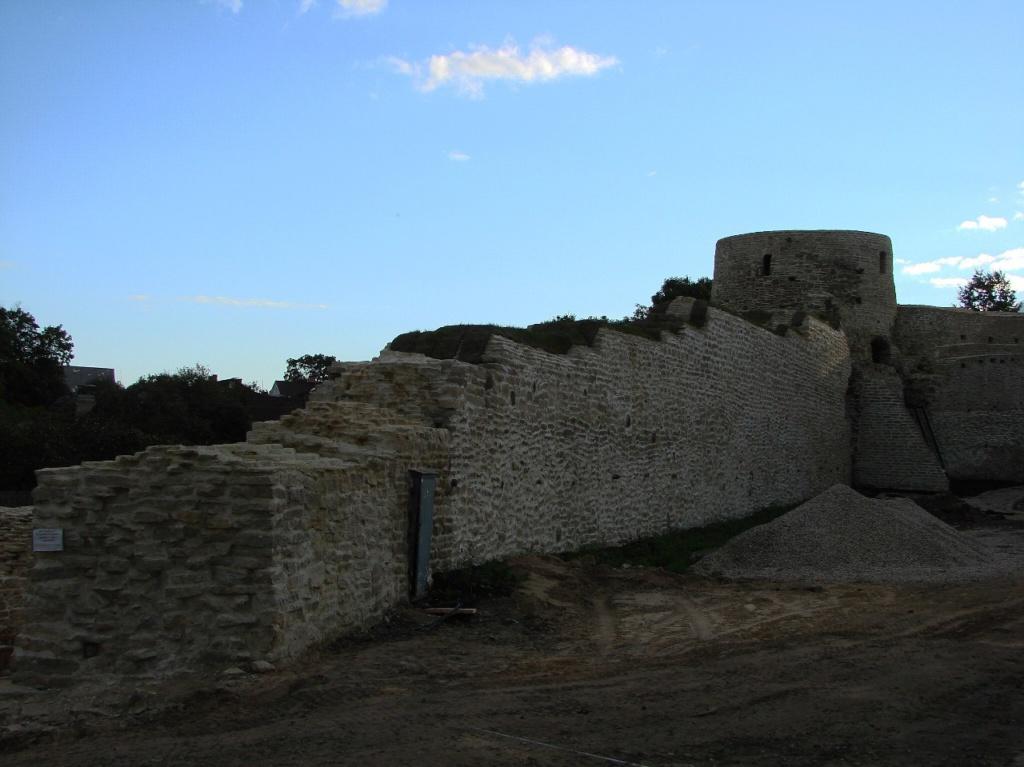 Стены Изборской древней крепости, основанной на рубеже VII и VIII веков, в XI-XIII веках перестроенной в каменную Ниже - историческая справка...