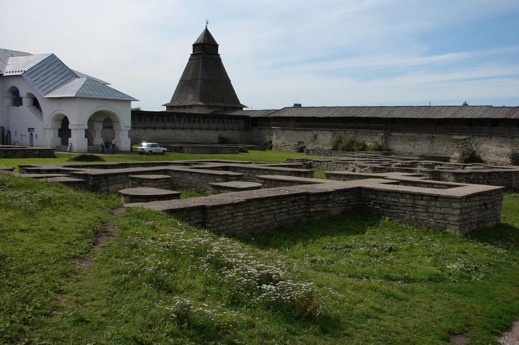 Довмонтов город, слева Приказные палаты, справа Власьевская башня, а на переднем плане видны фундаменты храмов, что ушли в небытие по воле тех, кто не дорожил прошлым своей страны