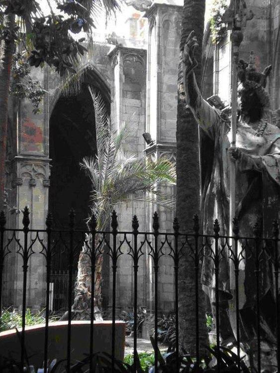 Статуя Святой Елены, в ожидании реставрации во внутреннем дворике Кафедрального собора.