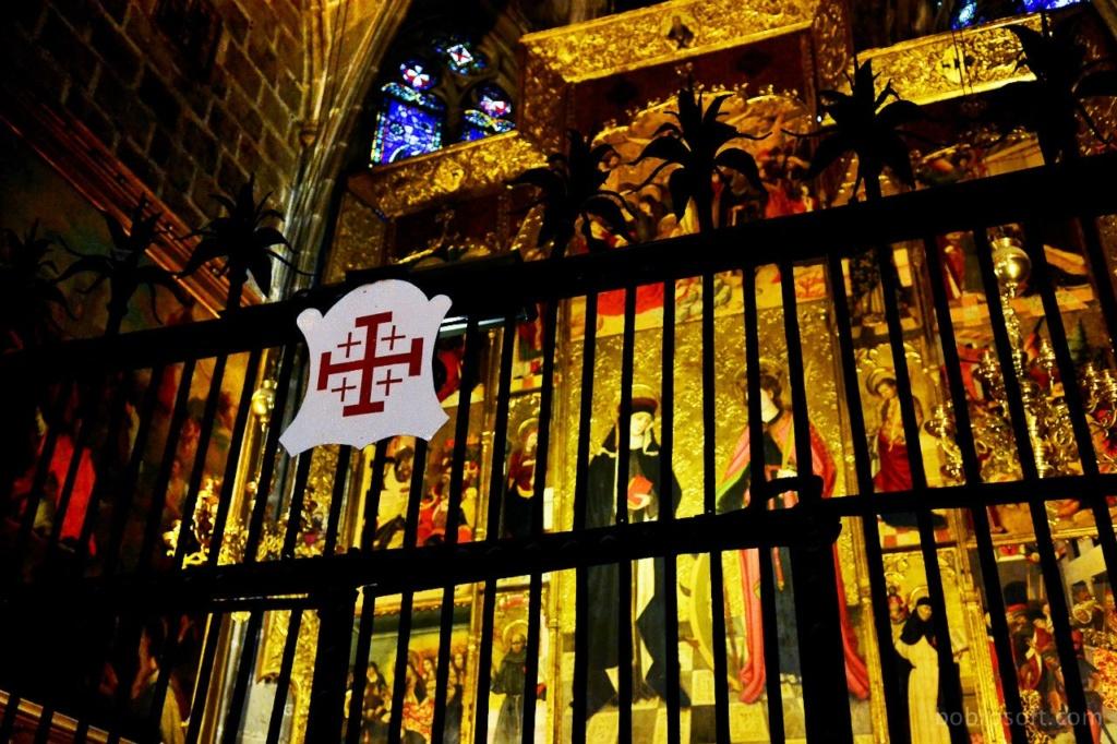Кафедральный собор Барселоны. Алтари боковых капелл. Эта капелла принадлежит рыцарю - крестоносцу, о чем свидетельствует метка на ограде. Кому именно? Не знаю - память не задержала...