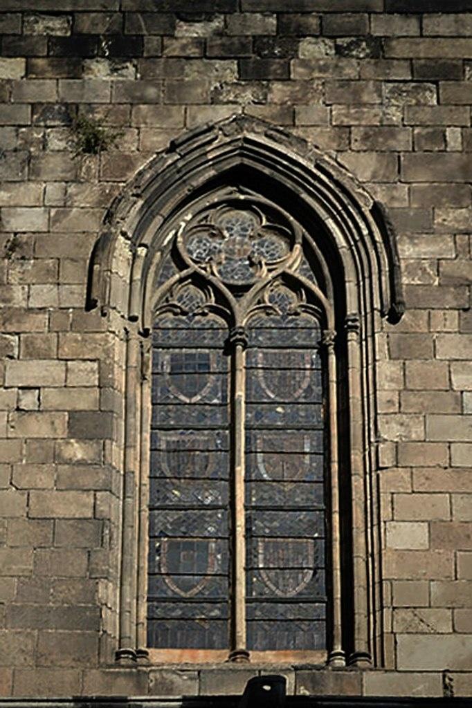 Барселона. Большой Королевский дворец. Внешний вид витражного окна Придворной капеллы Святой Агаты.