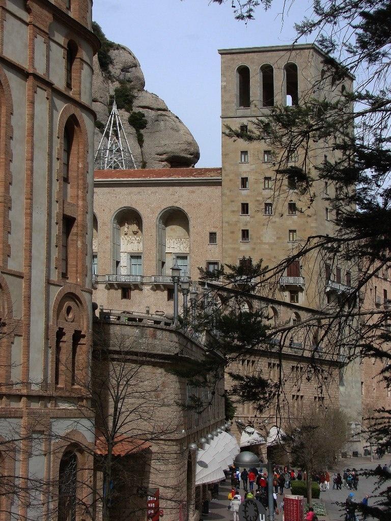 Два состояния: суета в монастыре и каменных ликов невозмутимое молчание... Фото М. Бреслав