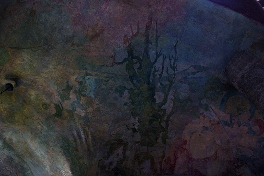 Каса Мила. Антонио Гауди. Вестибюльный этаж Дома Полихромная роспись потолка вестибюльного этажа..