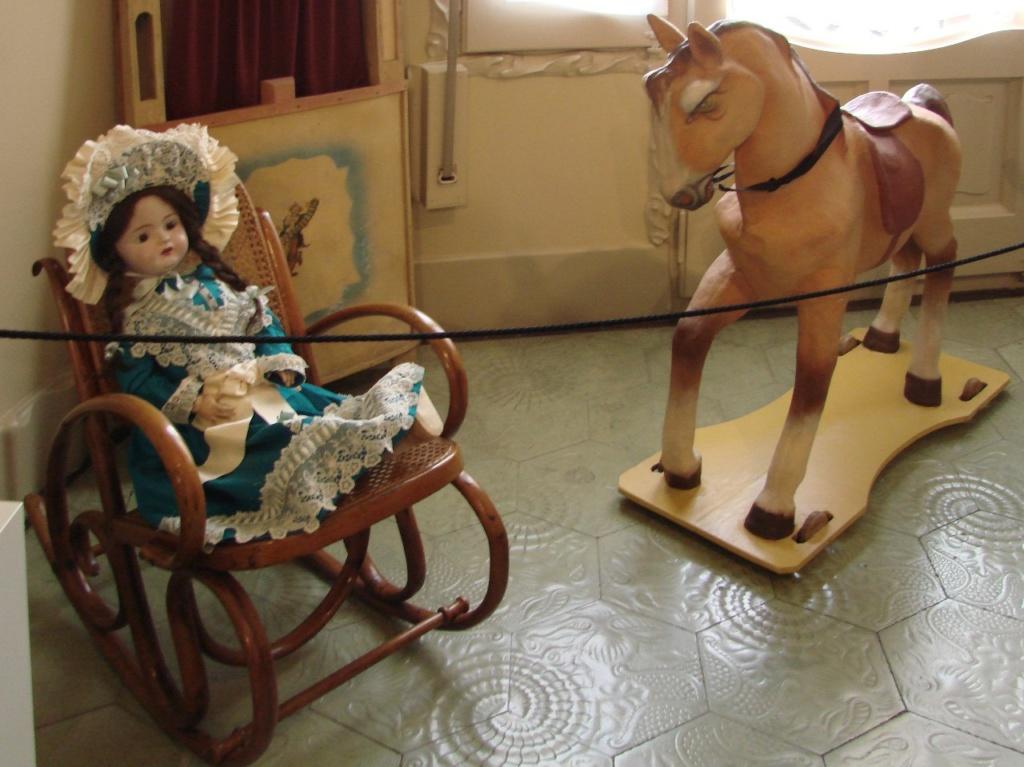 Каса Мила. Демонстрационная квартира, что оформлена в стиле 20-х годов XX века. Любимые детские игрушки.