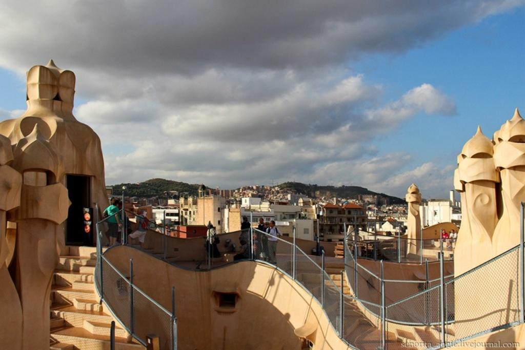 Каса Мила. Вид на мансарду, крышу Дома и городскую панораму.