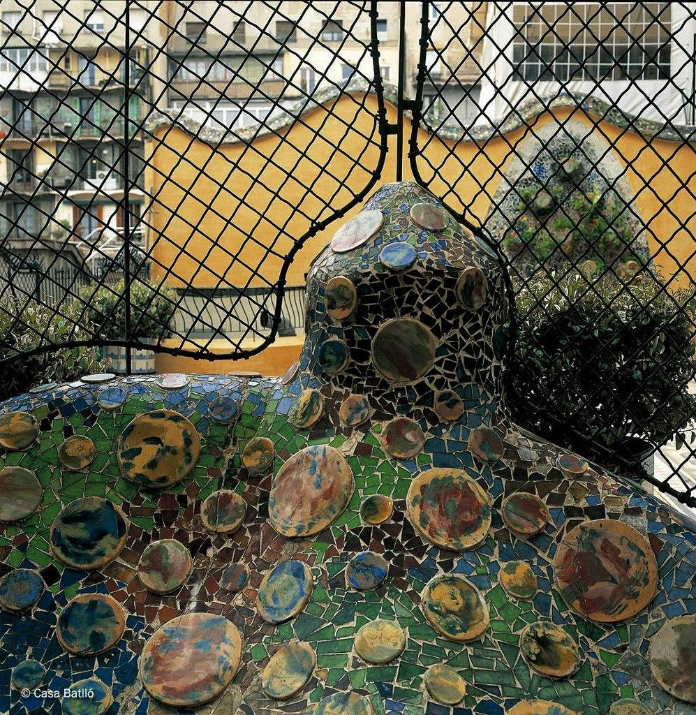 Барселона. Каса Бальо. Антонио Гауди. 1906 год. Терраса. Сгусток фантастических образов справа от входа и в перспективе на стене, что террасу замыкает..