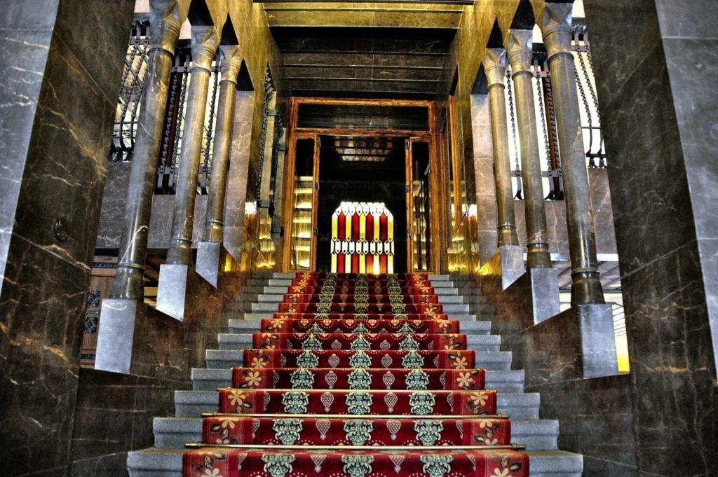 Барселона. Дворец Гуэля. Архитектор Гауди. 1885—1890 годы. Одномаршевая Парадная лестница, ведущая на АНТРЕСОЛЬНЫЙ ЭТАЖ, перегороженный витражом, расцветка которого соответствует флагу Каталонии.