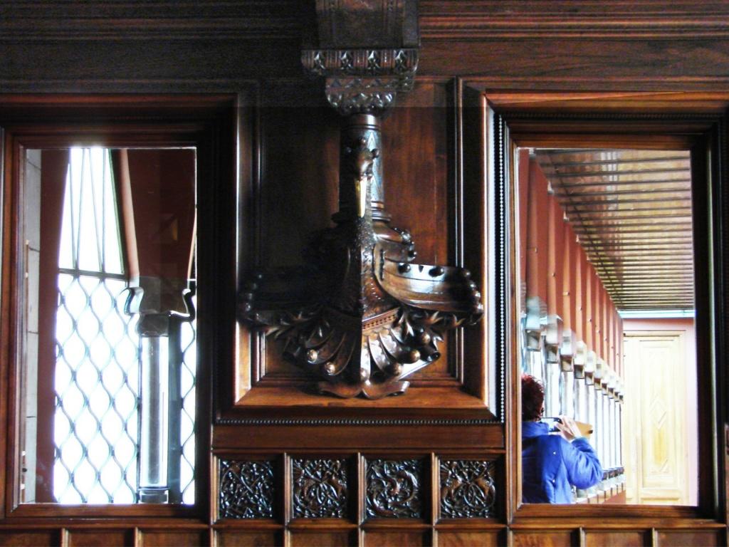 Барселона. Дворец Гуэля. Арх. Антонио Гауди. 1890 год. .БЕЛЬЭТАЖ. Зал для закрытых совещаний (sala de confianza). Деревянная панель с зеркалами на торцевой стене.