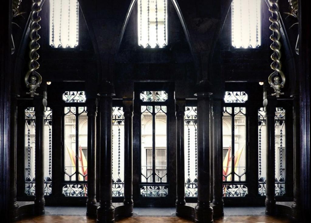 Барселона. Дворец Гуэля. Архитектор Гауди. 1885—1890 годы Бельэтаж. Зал ожидания с четырьмя трех-колонными группами, скоординированными с геометрией эркера на Главном фасаде за счет появления в начале и конце ряда арки меньшей высоты.