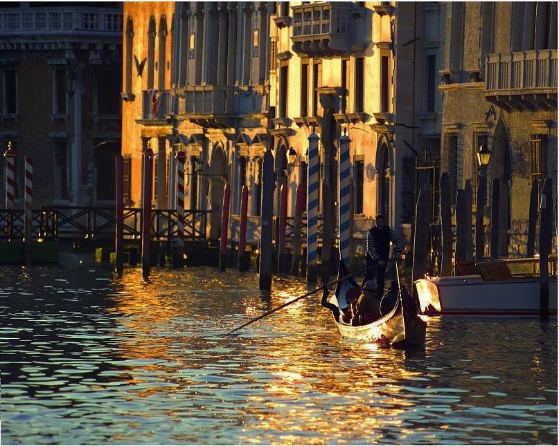 Венеция. Большой канал в лучах рассветного солнца...