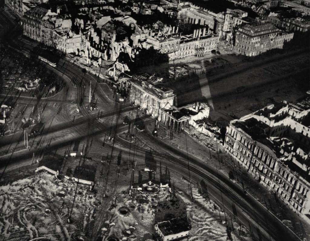 Послевоенный Берлин с высоты птичьего полета. Площадь перед Бранденбургскими воротами.