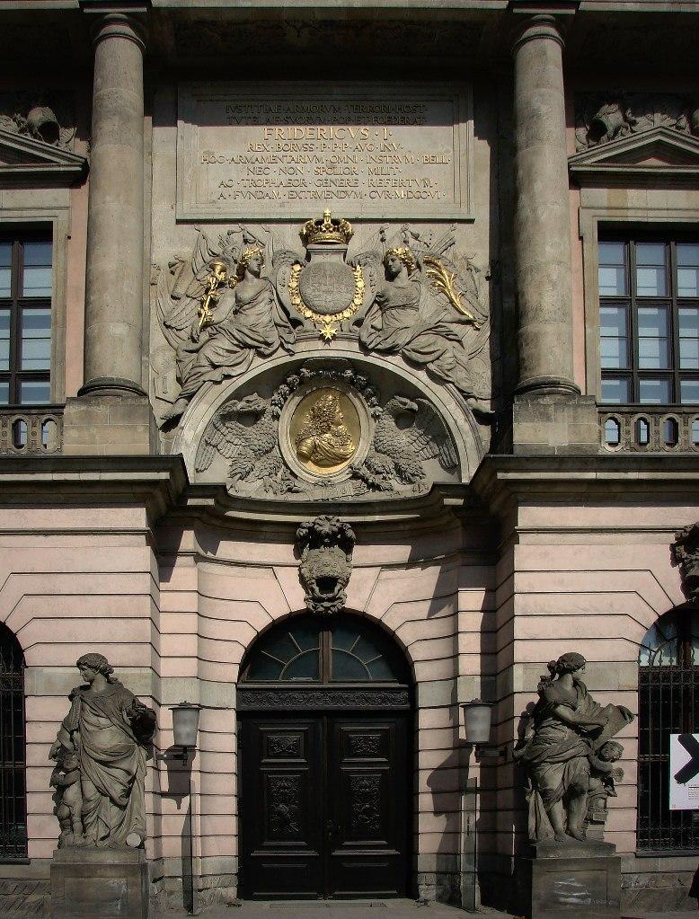 Арх. Андреас Шлютер. Здание Берлинского арсенала, строившееся с 1695 по 1730 годы. Четыре женские фигуры главного фасада символизируют Пиротехнику, Арифметику, Геометрию и Механику.