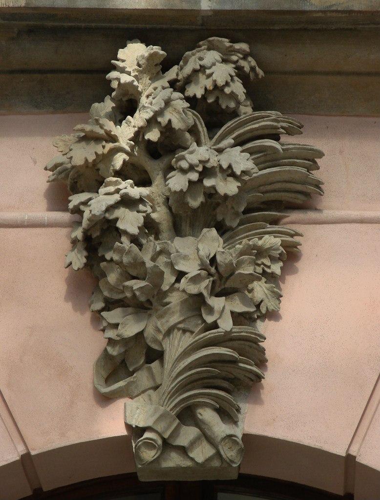 Андреас Шлютер. Двор в Берлинском арсенале. Продольная ось, отмеченная на фасадах не ликами - двумя ветвями с особым символическим значением...