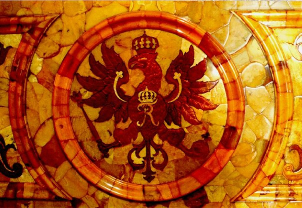 Янтарная комната. Фрагменты. Прусский герб с одноглавым черным орлом, коронованным, державой, булавой и монограммой Фридриха I - первого прусского короля...