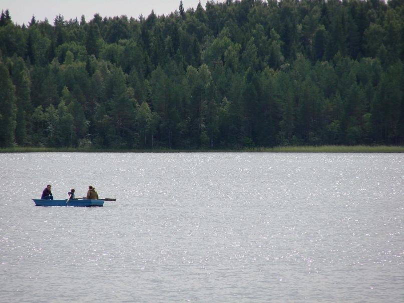 Вожаки первобытной стайки решили на общем совете научить своего малыша еще одному очень важному делу - гребле на лодке, взятой на прокат... Взяли лодку - будем грести и ходить на промысел.