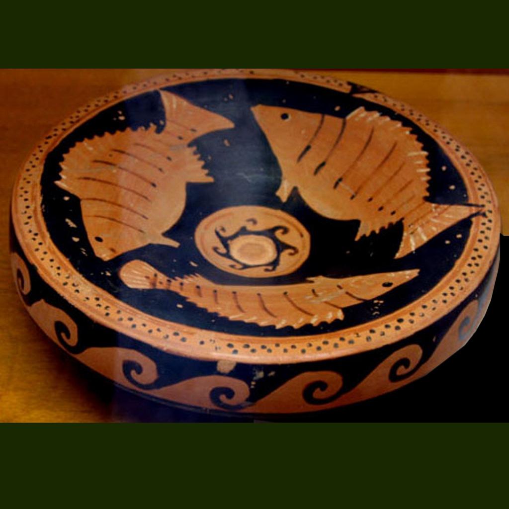 Древнегреческая чаша с солярной свастикой и тремя улыбающимися рыбами. Ок. V в. до н.э. Сицилия.