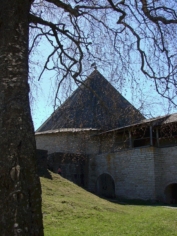 Внутри защитных стен Староладожской крепости. Вид на Климентовскую башню и прясло, соединяющее с Воротной башней. Все остальные защитные укрепления дошли до наших дней в руинах