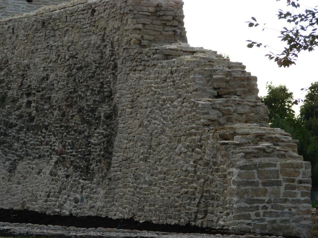 В 1330 году псковский посадник Шелога перестроил Изборскую крепость в каменную. Стены толщиной 2.5 - 3 метра. По периметру - защитный ров.