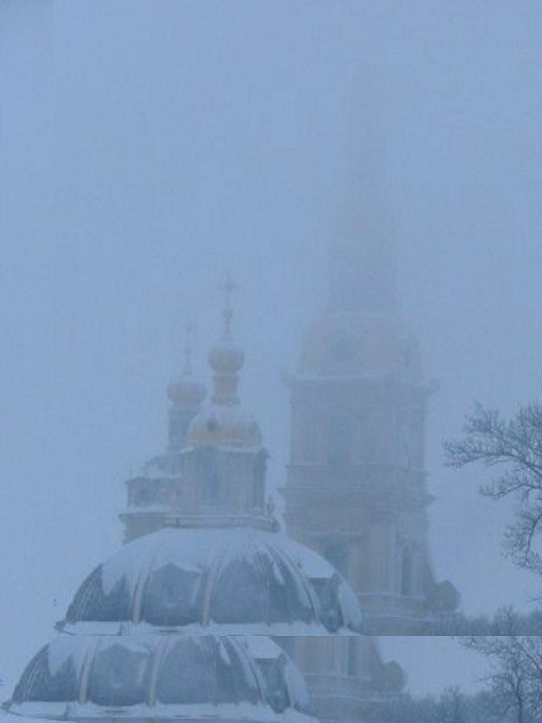 Силуэты Петропавловского собора, Колокольни и Великокняжеской усыпальницы, тающие в тумане...