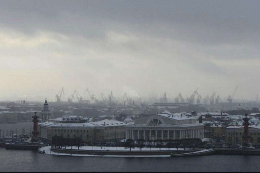 Есть главный объект - Стрелка Васильевского острова, прячущаяся в тумане, озвученном скрипом портовых кранов...
