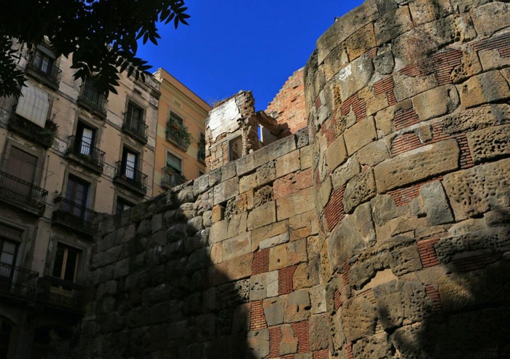 Барселона с остатками оборонительных стен Римского периода.