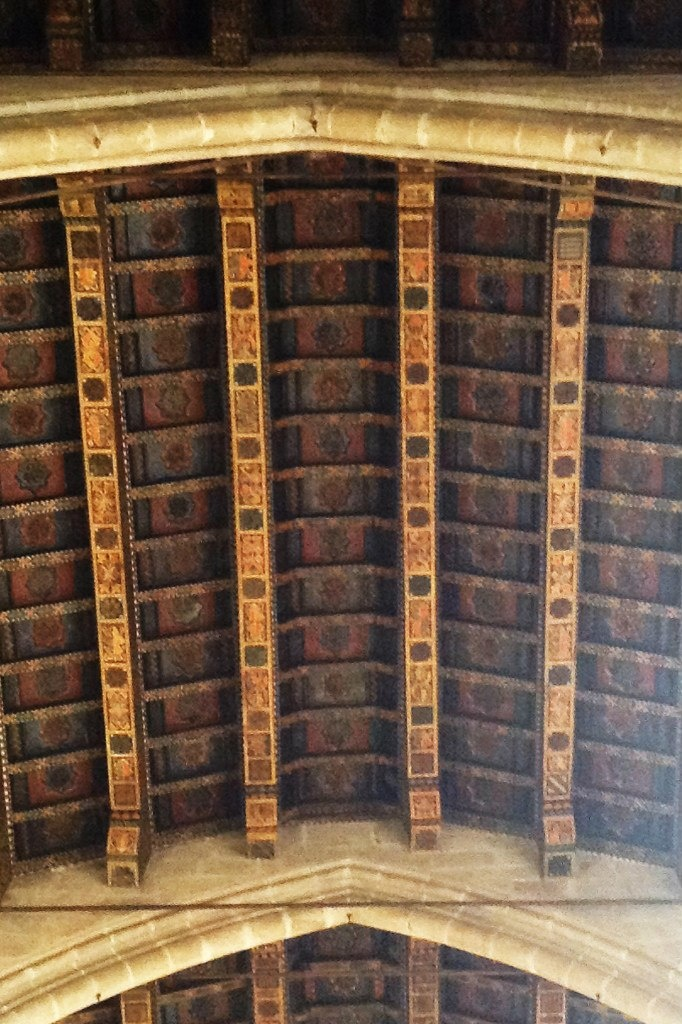 Большой Королевский дворец. Придворная капелла Святой Агаты. Фрагмент полихромного кесонного потолка - деревянного.
