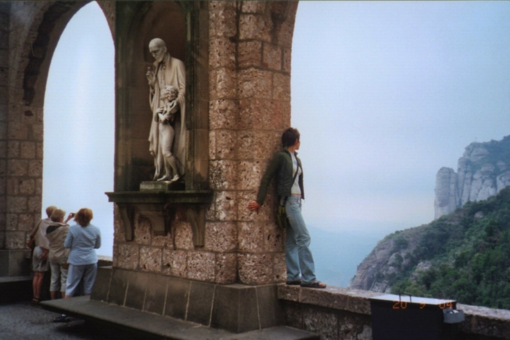 Аркада на площади монастыря над самым обрывом
