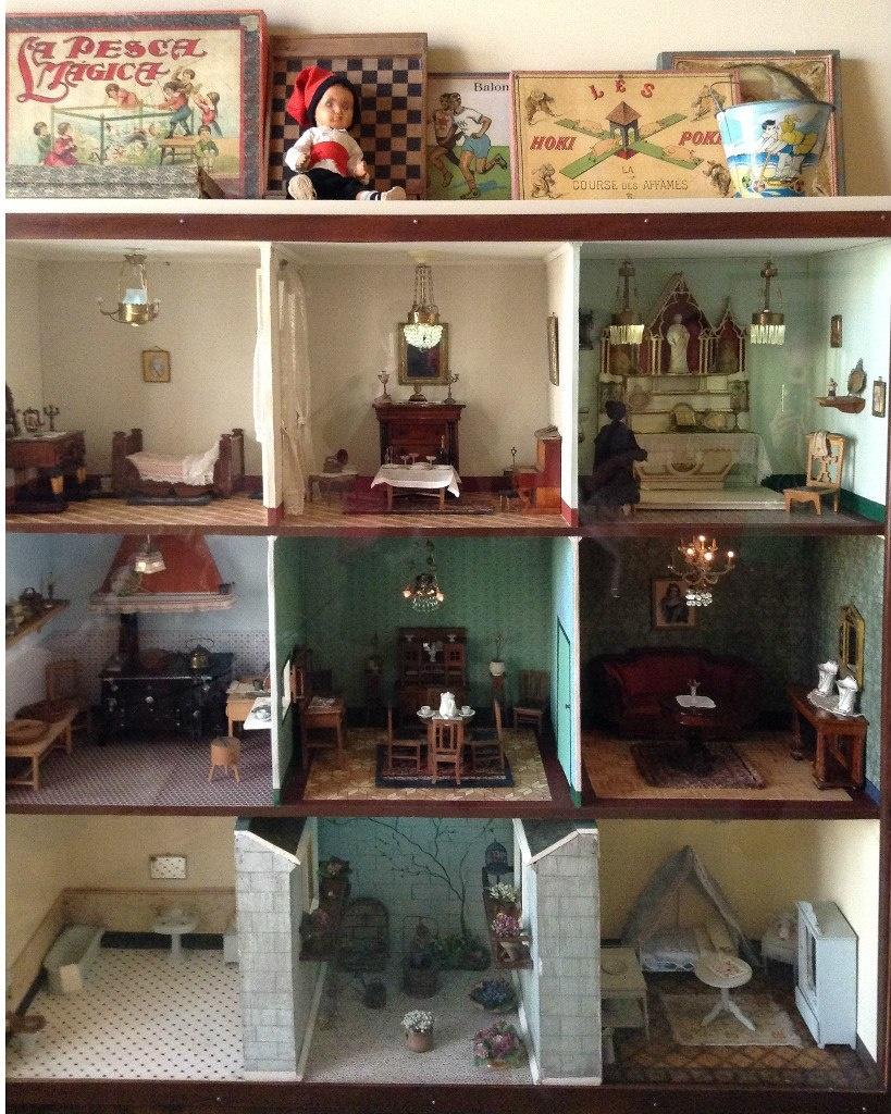 Каса Мила. Демонстрационная квартира, что оформлена в стиле 20-х годов XX века. Шкаф с игрушечными комнатами для малыша.