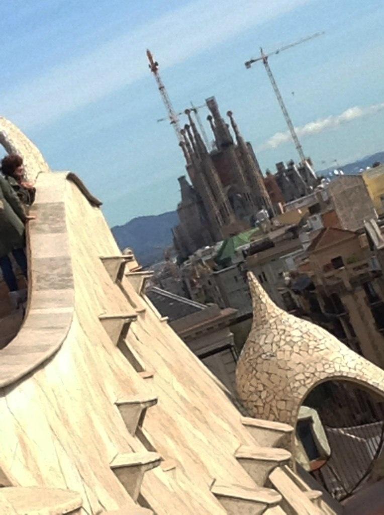 Вид на собор Саграда Фамилия с крыши Каса Миле.