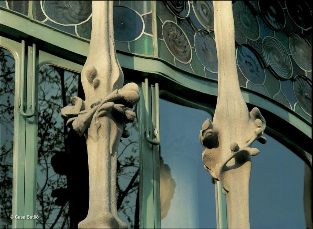 Барселона. Каса Бальо. Антонио Гауди. 1906. Фрагмент главного фасада на уровне бельэтажа: центральная часть окна-витража со спаренными колоннами...