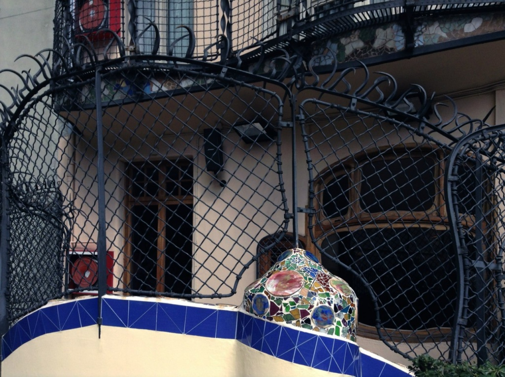 Барселона. Каса Бальо. Антонио Гауди. 1906 год. Терраса. Кованная решетка, что разделяет Сад на две зоны: входную с волной-осьминогом и зеленую зону отдыха...