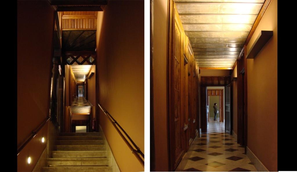 Дворец Гуэля. БЕЛЬЭТАЖ. Коридоры, ведущие к парадным помещениям, нарушая принцип перетекания пространств, на котором зиждется Свобода е в Архитектуре.