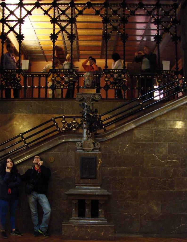 """Дворец Гуэля. Бельэтаж. Вид на антресоль Центрального салона. Назовем стену """"Восточной"""", как оно и есть. Только стены нет..."""