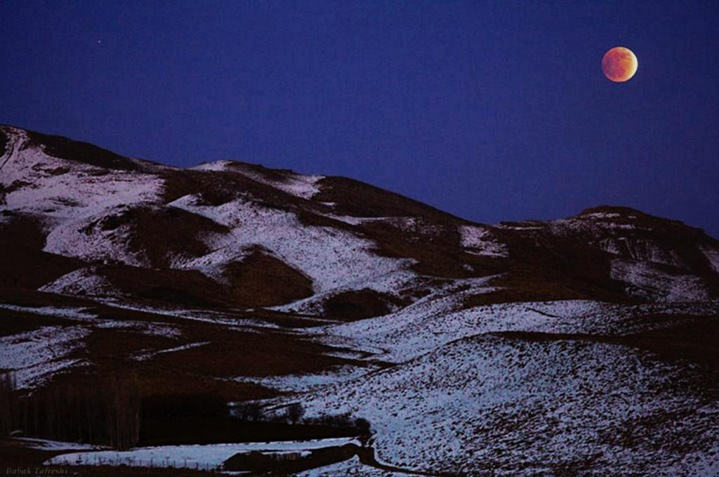 Северо-восточное Иранское предгорье. Лощина в фиолетовых тенях, быстро заглатывающих видимое...